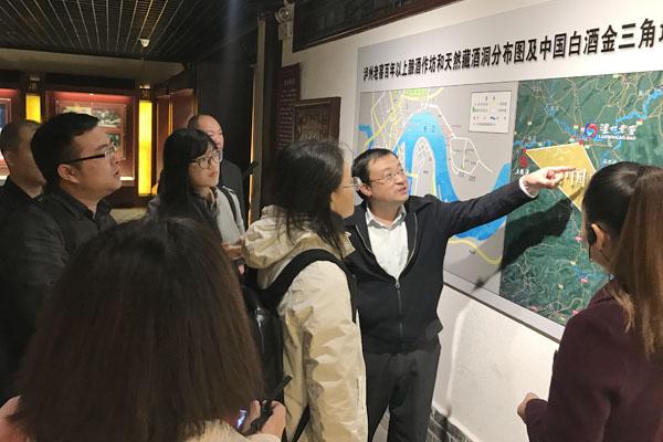 泸州老窖股份有限公司技术中心副主任敖宗华讲解白酒金三角地区的发展现状